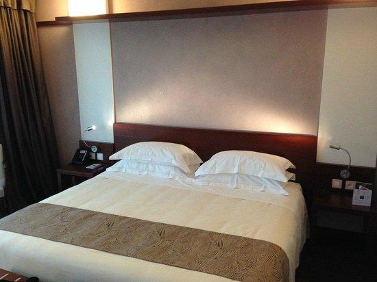 Aqualux Hotel Spa & Suite Bardolino: Doppelbett im Aqua-Room