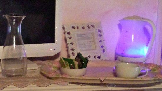 B&B Della Mimosa: La tv e il boiler che si illumina di blu