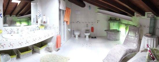 B&B Della Mimosa: un altro bagno (molto grande)
