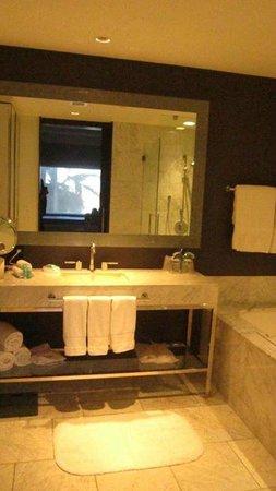 W Hollywood: Bathroom