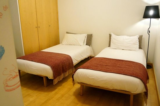 The Lisbonaire Apartments: Twin beds.