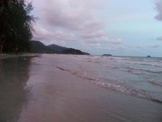 Centara Koh Chang Tropicana Resort: пляж)))