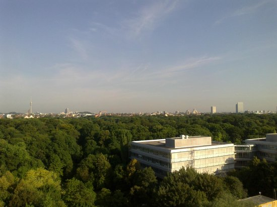 Hilton Park München: 10th floor west wing view from room to Olympic Park and BMW center, above the English Gardens