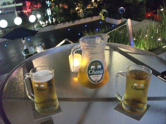 LiT BANGKOK Hotel: Nice cold beer at the outside bar