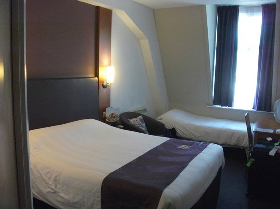 Premier Inn London County Hall Hotel: Room - basic but comfortable.