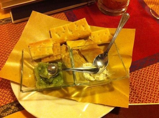 La Vecchia Lira: delizioso stuzzichino di salse al formaggio e fave e piselli