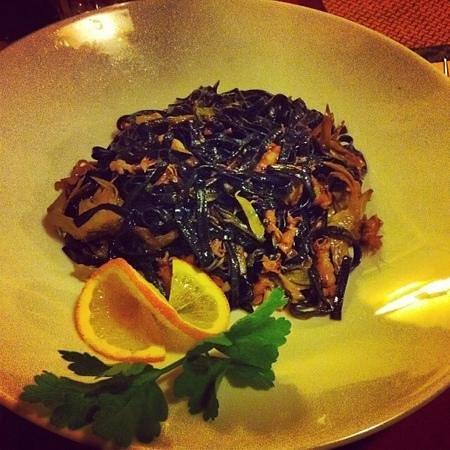 La Vecchia Lira: pasta nera con moscardini e carciofi
