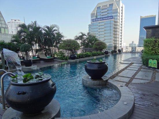 Banyan Tree Bangkok: Pool area