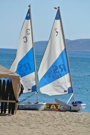 Shangri-La Al Husn Resort & Spa: Main beach with water sports activities