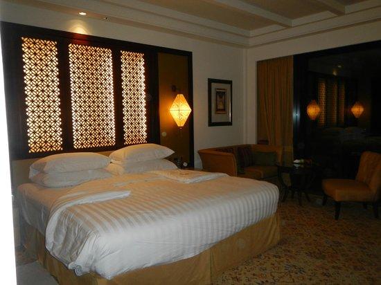 Shangri-La Al Husn Resort & Spa: Deluxe beach view room in the Al Husn