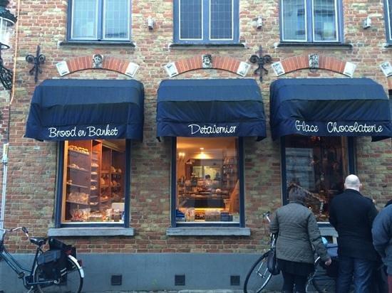 Tearoom Carpe Diem: bakery on left