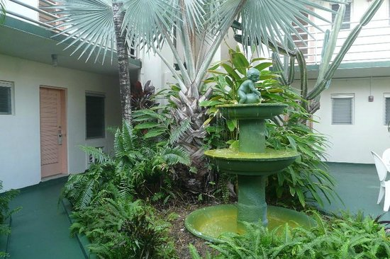 El Patio Motel : The patio with its pretty fountain