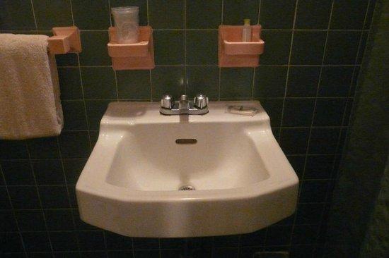 El Patio Motel: Sink in the bathroom of Room #9