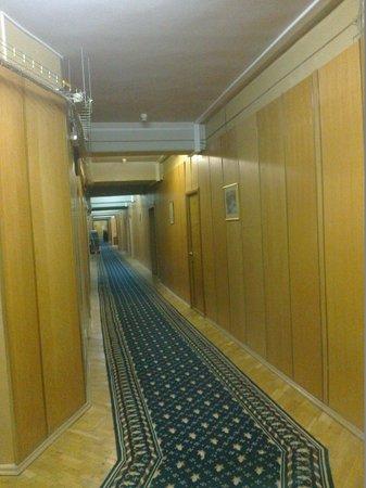 Dnipro Hotel : 5th floor corridor