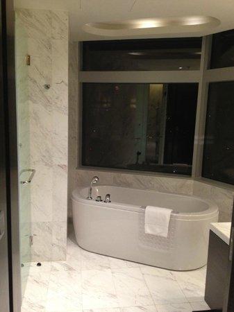 Bangkok Marriott Hotel Sukhumvit: the gorgeous tub