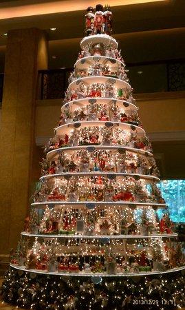 Shangri-La Hotel Kuala Lumpur: christmas tree in lobby