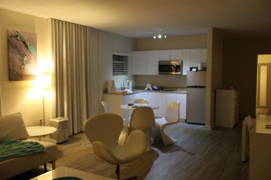 The Aqua Hotel: Kitchenette with clean basic utensils