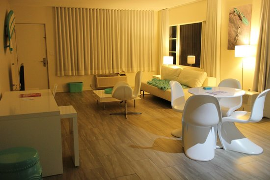 The Aqua Hotel: Good sized sitting area