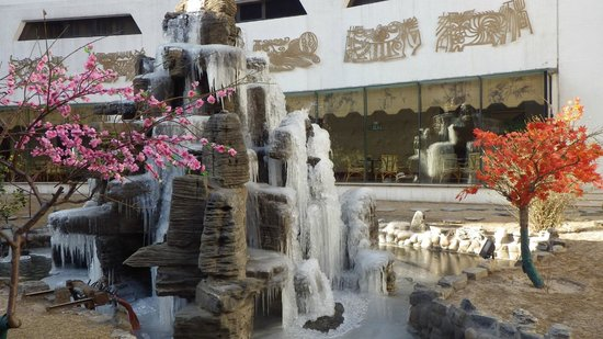 Beijing International Hotel: View of frozen water feature at breakfast table