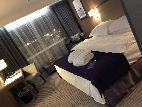 Radisson Blu Hotel, Manchester Airport : Amazingly comfy bed, fluffy robe, plenty of space