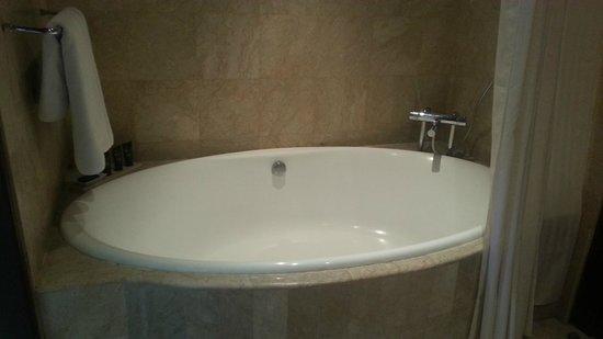 Karma Jimbaran: Massive bath