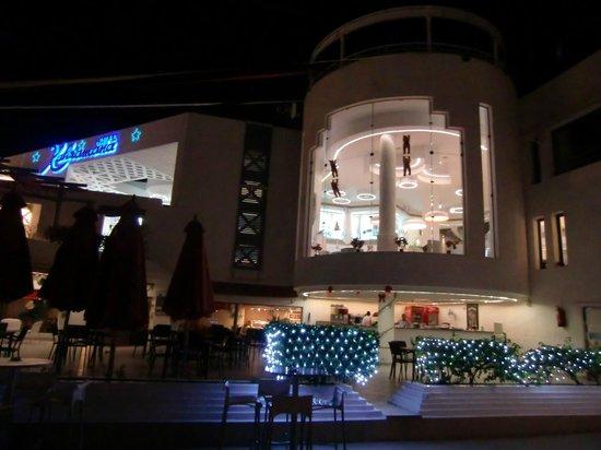 Kahramana Hotel : La reception vista dalla piscina