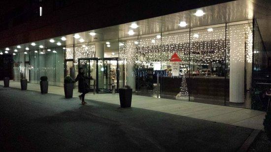 Austria Trend Hotel Congress Innsbruck : esterno della struttura alla sera