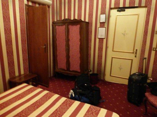 Centauro Hotel : Vue de la Chambre face au lit