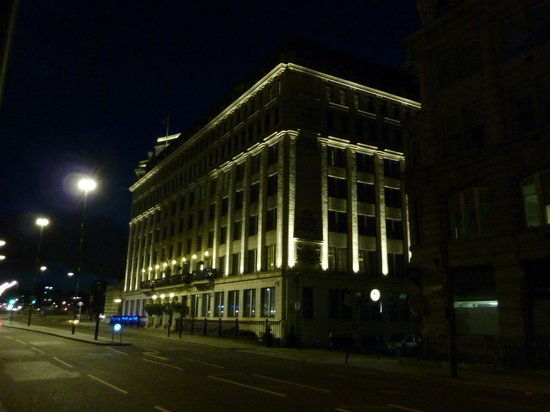 Crowne Plaza London - The City : Crowne Paza London City at night