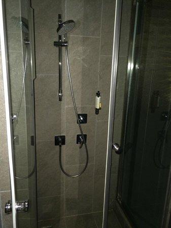 Nuru Ziya Suites : Bathroom - spacious shower