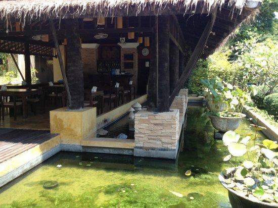 Mayaburi Boutique Resort: bassin devant salle de déjeuner tr