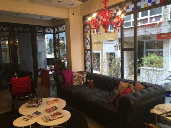 Nuru Ziya Suites: Common area in front of lobby