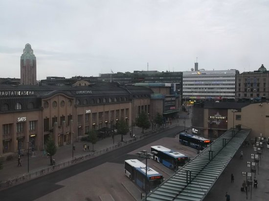 Holiday Inn Helsinki City Centre: 部屋から駅を望む