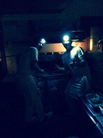 Pizzeria Hans: Die Pizzabäcker bei ihrer Arbeit - ohne Strom!!