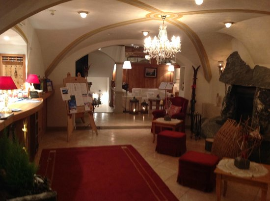 Hotel Edelweiß: Sitzmöglichkeit im Eingangsbereich