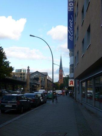 Novum Hotel Aldea Berlin Zentrum: View showing train station from hotel