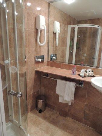 Hôtel Ampère Paris: very nice bathroom