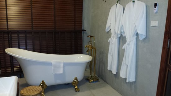 Villa Phra Sumen Bangkok: the bathroom suite