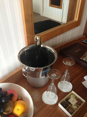 Lakeside Hotel and Leisure Centre: Champagne and fresh fruit on arrival