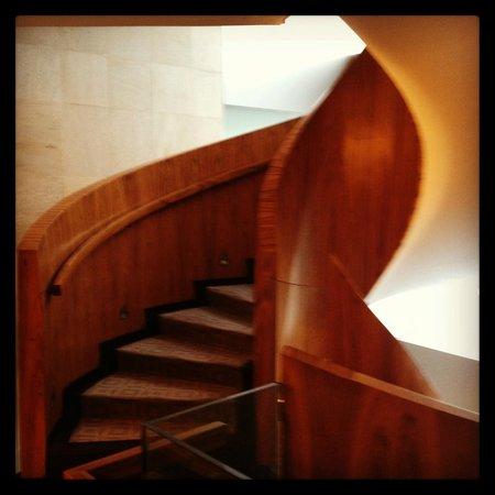 Las Alcobas: Escalera principal de madera