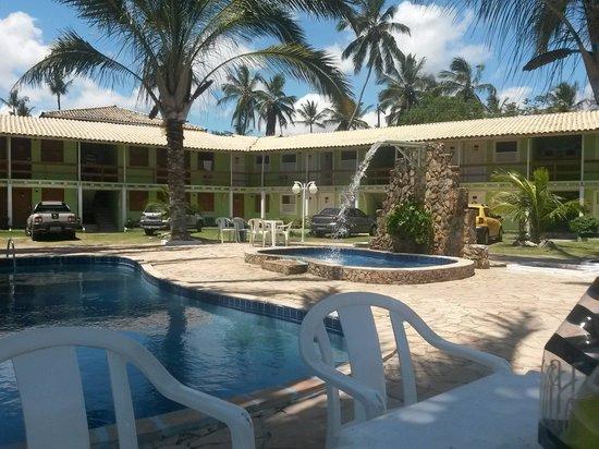 Beira Mar Praia Hotel: Piscina e parte dos quartos. ..