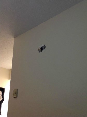 Motel 6 Charlotte NC Airport: Where's the smoke alarm?