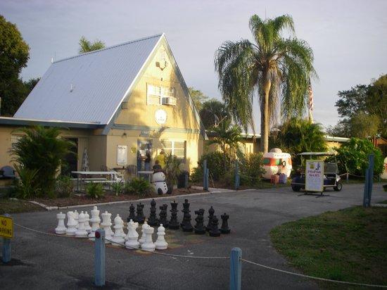 Clewiston / Lake Okeechobee KOA: Note the people-size chess board!