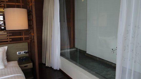 Cape Nidhra: Entry into the shower cubicle from the pool