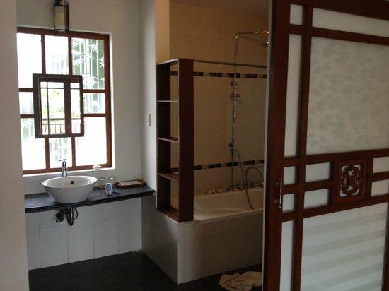 Hoi An Riverside Bamboo Resort: bath