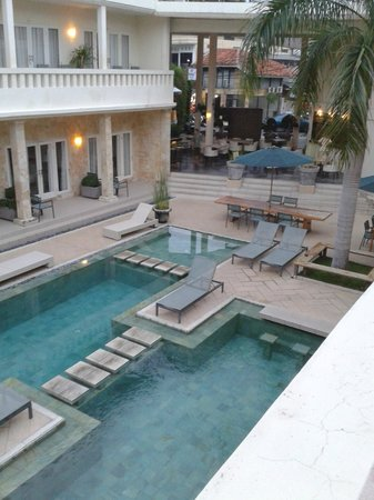 Bali Court Hotel and Apartments: Pool and Restaurant