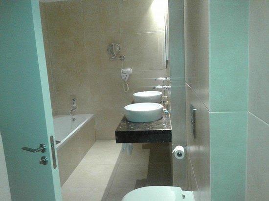 Amphora Hotel & Suites: luxurious bathroom