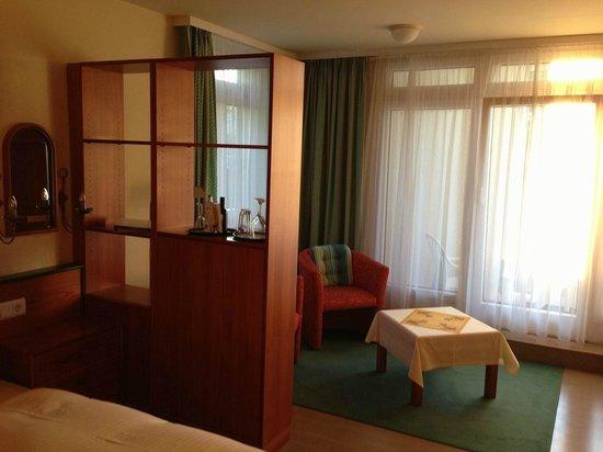 Hotel Sonnengarten: Wohnbereich mit Raumteiler