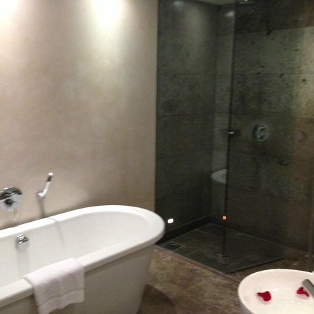 the g Hotel & Spa Galway: Huge Bathroom