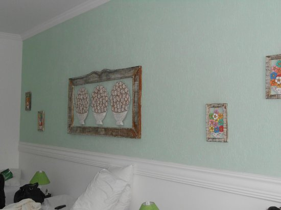 Pousada Velas Buzios : Decoração da parede da suite